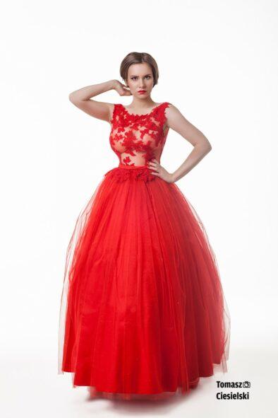 Czerwona królowa – suknia balowa z koronkowym gorsetem