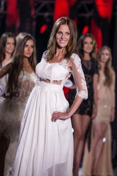 Długa suknia ślubna z koronką i rękawem