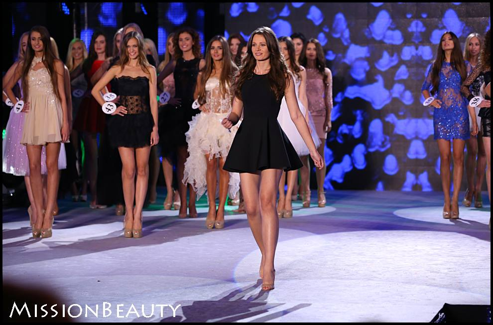 Elegancka i rozkloszowana czarna sukienka.