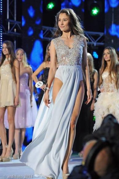 Srebrna suknia szyfonowa z body i wycięciami