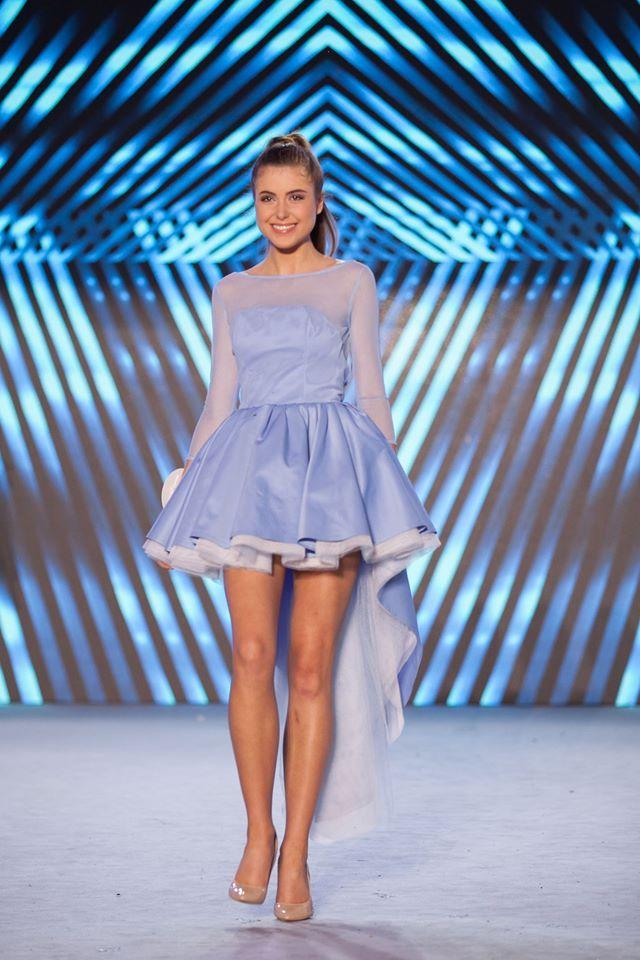 Sukienka z trenem i rozkloszowaną spódnicą