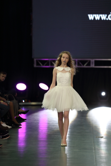 Sukieneczka rozkloszowana z koronkowym gorsetem