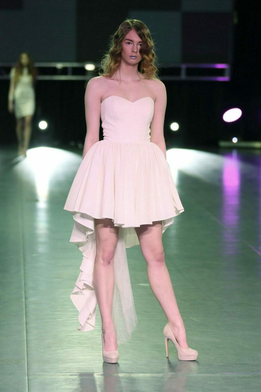Suknia ślubna krótka z przodu z długim ogonkiem