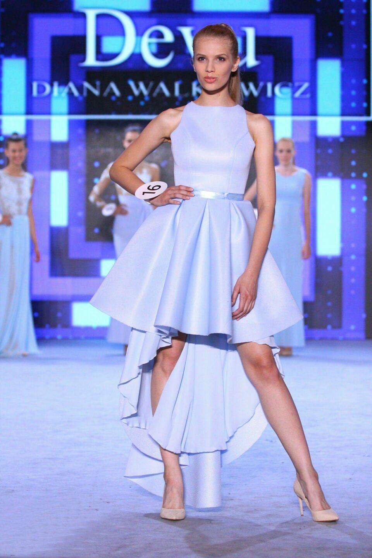 Blue – Kilkuwarstwowa sukienka z długim ogonem
