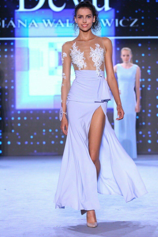 Długa suknia w kształcie klepsydry wyszywana koronką